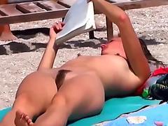 Ragazza con la Figa Pelosa in Spiaggia
