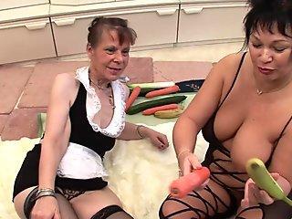 Old brunette matures get off with vegetables